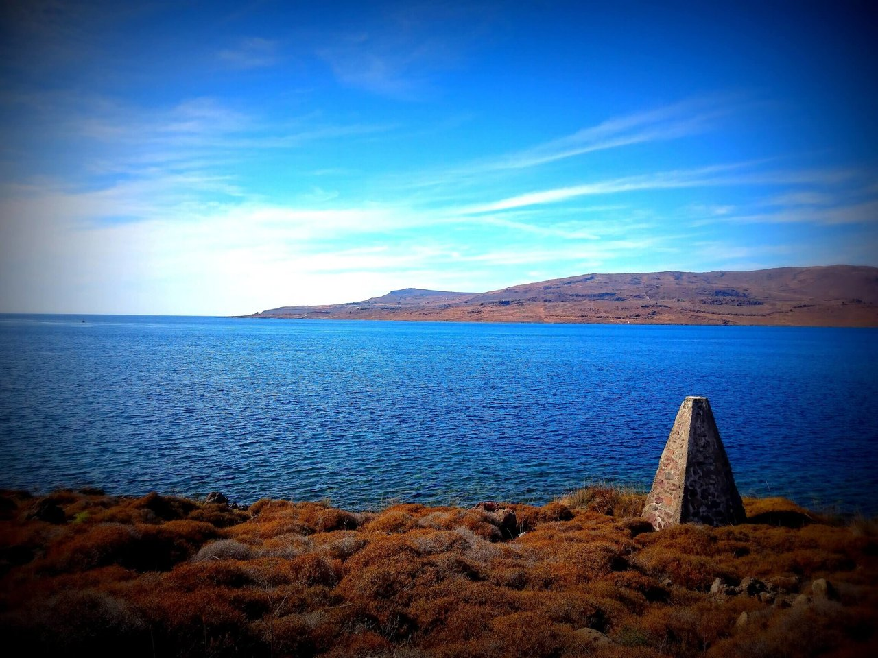 Widok na morze i piramidkę