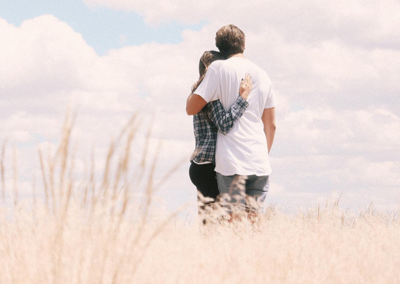 Obejmujący się kobieta i mężczyzna