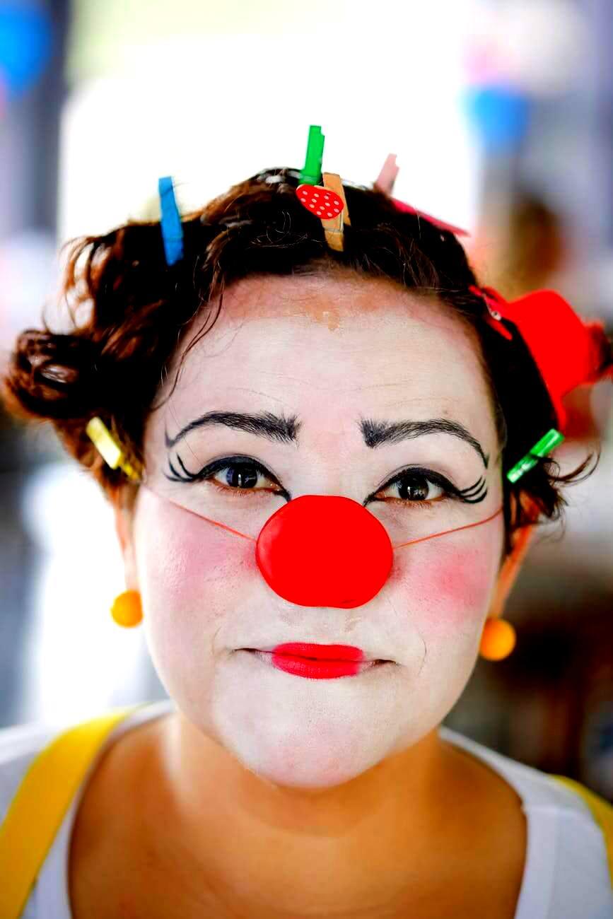 Kobieta o twarzy clown