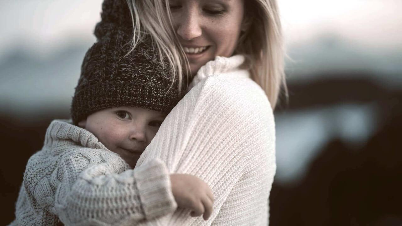 Kobieta tuląca dziecko