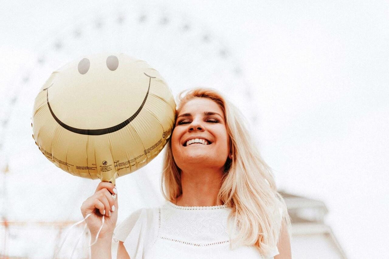 Uśmiechnięta kobieta z balonem